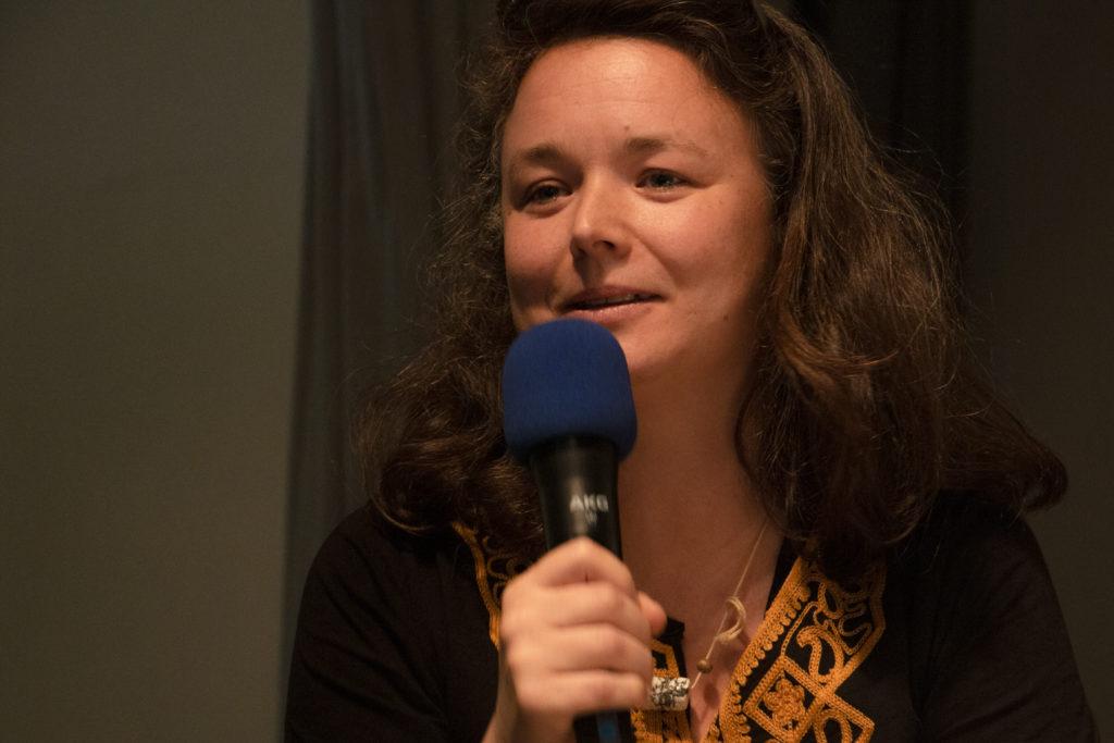 "Leïla Saadna, Regisseurin des Films ""Hinter dem Meer"" spricht ins Mikrofon"